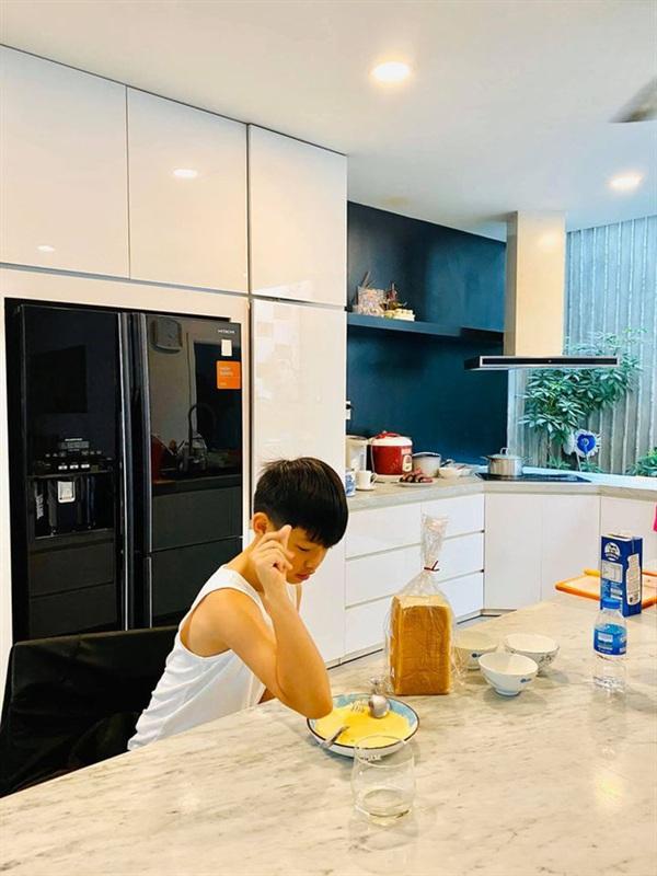 Subeo thường xuyên vào bếp chuẩn bị bữa ăn đơn giản cho mẹ Hà Hồ