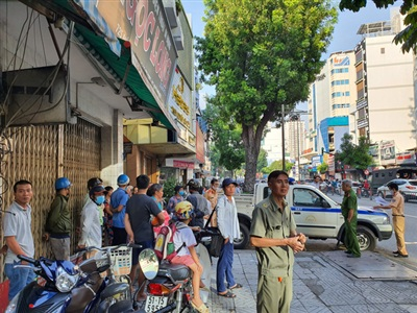 Nhiều người dân đứng 2 bên đường theo dõi vụ tai nạn