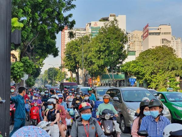 Lực lượng chức năng điều tiết giao thông qua đoạn đường xảy ra vụ tai nạn