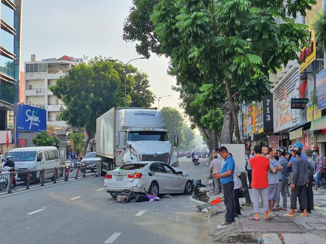 Xe container đã lao qua dải phân cách trên đường 3/2, gây tai nạn liên hoàn cho ô tô con và xe gắn máy