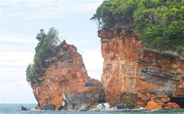 Một phần đảo Ko Hintaek bị tách rời khỏi phần đảo còn lại. Ảnh: Supapong Chaolan