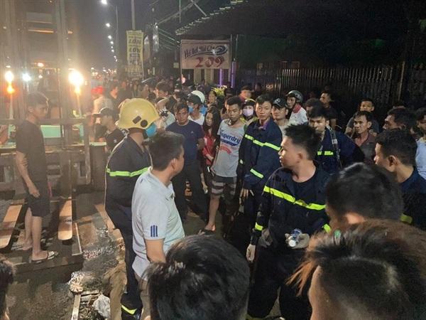 Lực lượng cứu hộ cứu nạn tìm kiếm trong đêm