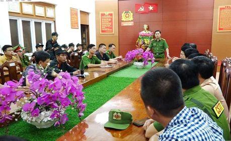 Đại tá Nguyễn Tiến Hoàng Anh, Phó giám đốc Công an tỉnh Quảng Bình họp chỉ đạo các lực lượng tham gia đánh án.