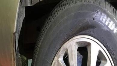Dấu vết chiếc Innova va chạm với xe máy vẫn còn trên bánh xe