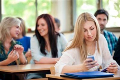 Phần lớn người học muốn được dùng điện thoại trong giờ. Ảnh minh họa
