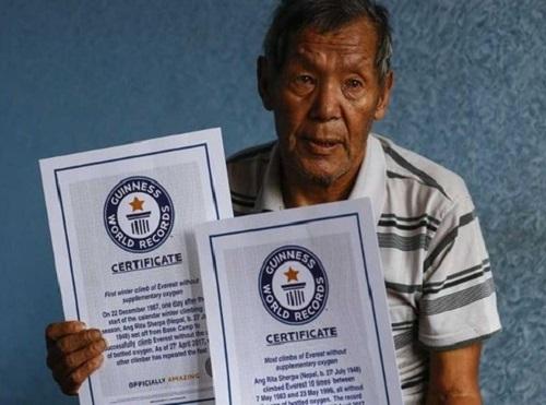 Ông Ang Rita Sherpanhận chứng nhận từ tổ chức kỷ lục thế giới Guinness vào năm 2017. Ảnh:Anadolu