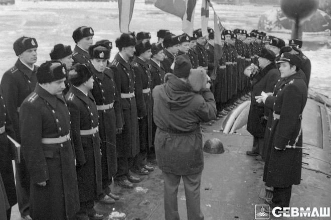 Lễ thượng cờ trên tàu ngầm nguyên tử 'Báo đen', năm 1990. Ảnh: Cơ quan báo chí Sevmash