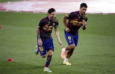 Messi và Luis Suarez giờ không thể chung màu áo mà trở thành đối thủ của nhau