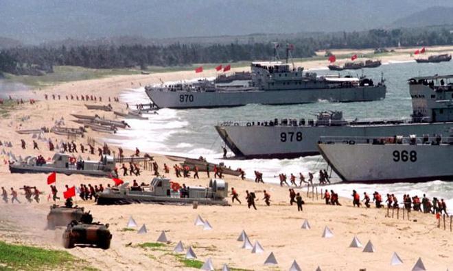 PLA tập trận đổ bộ vào tháng 9/1999 tại bờ biển gần eo biển Đài Loan (Nguồn: STR/AFP/Getty Images).