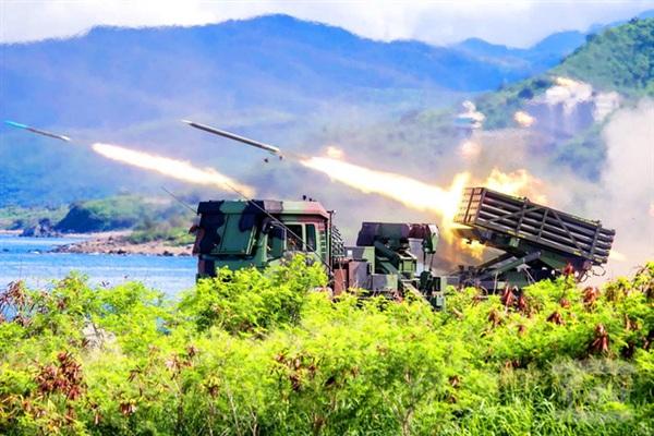 Hệ thống pháo phản lực phóng loạt chống đổ bộ Thunderbolt-2000 khai hỏa trong cuộc tập trận tháng 5/1999 (Nguồn: Thời báo Đài Bắc).