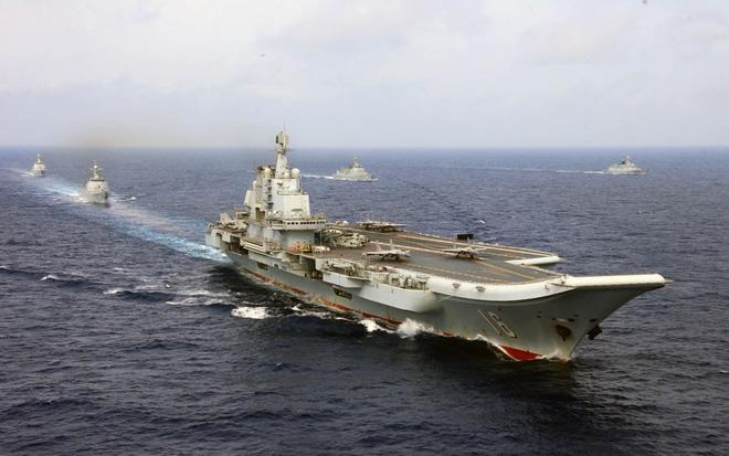 Hình minh họaVào giai đoạn tiếp theo, PLA có thể cắt đứt nguồn cung cấp nhu yếu phẩm và hàng hóa và yêu cầu Đài Bắc 'đầu hàng' bằng cách chặn các cảng chính và phong tỏa giao thông hàng hải của Đài Loan, báo cáo nêu rõ.PLA có thể sẽ leo thang bằng tập kích tên lửa vào hệ thống chỉ huy của lực lượng vũ trang Đài Loan, hoặc các địa điểm có tầm quan trọng lớn về kinh tế và chính trị, các mục tiêu mang tính biểu tượng, một phần của nỗ lực có tính hệ thống nhằm triệt tiêu dần tinh thần của đối phương.Báo cáo cũng bổ sung thêm rằng việc đổ bộ vào các đảo 'xa xôi' hiện do Đài Bắc kiểm soát bởi PLA có thể diễn ra trong giai đoạn này.Ở giai đoạn cuối, nếu PLA chiếm được ưu thế trên không, kiểm soát biển, tiến hành chiến tranh điện tử và đánh quỵ phần lớn đối phương, động thái tiếp theo sẽ là tập kích ồ ạt bằng không kích, tên lửa, đổ bộ vào quần đảo Bành Hồ và cuối cùng là đảo Đài Loan, báo cáo nhấn mạnh.Tuy nhiên, báo cáo cũng cho biết năng lực hiện tại của PLA cho phần quan trọng nhất của giai đoạn này là một cuộc đổ bộ ồ ạt vào đảo Đài Loan vẫn còn hạn chế, đặc biệt do thiếu phương tiện đổ bộ và khả năng cung cấp hậu cần.Như vậy là hoạt động đổ bộ vẫn tiếp tục là 'điểm yếu chí tử' từ nhiều năm qua của PLA trong các kế hoạch quân sự ở eo biển Đài Loan.PLA tập trận đổ bộ vào tháng 9/1999 tại bờ biển gần eo biển Đài Loan (Nguồn: STR/AFP/Getty Images).Phải 'vá víu' bằng không quân?Việc Bắc Kinh tiếp tục trang bị thêm tiêm kích và máy bay không người lái (UAV) cho Không quân quân giải phóng nhân dân Trung Quốc (PLAAF) đã khá rõ ràng rằng nhằm duy trì ưu thế trên không nếu xung đột nổ ra ở eo biển Đài Loan vào cuối năm 2020.Hôm 23/9, 2 máy bay trinh sát - săn ngầm Shaanxi Y-8 của Trung Quốc đã tiến vào vùng nhận dạng phòng không (ADIZ) của Đài Loan.Lực lượng Đài Loan đã ra lệnh xuất kích các tiêm kích để xua đuổi máy bay đối phương, phát các cảnh báo bằng sóng vô tuyến và theo dõi các máy bay của PLAAF bằng các hệ thống tên lửa phòng không.Vụ việc đánh dấu lần xâm nhập ADIZ của