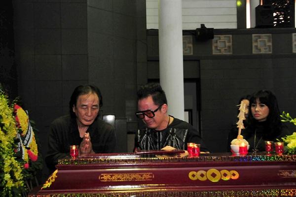 Tùng Dương khóc nghẹn khi nhìn nhạc sĩ Phó Đức Phương lần cuối
