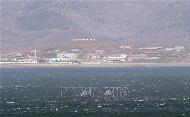 Ngoài khơi bờ biển Triều Tiên nhìn từ đảo Yeonpyeong thuộc quyền kiểm soát của Hàn Quốc. Ảnh tư liệu: AFP/TTXVN