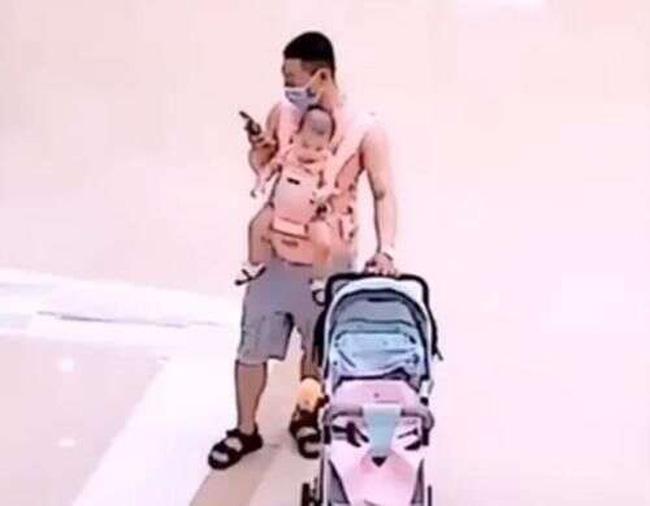 Ông bố mải mê lướt điện thoại mà quên không để mắt đến con.