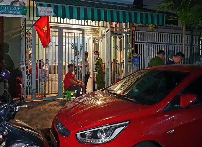Lực lượng công an phong tỏa hiện trường tại nhà đối tượng Huỳnh Ngọc Anh