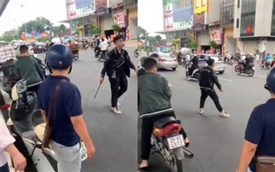 Nam thiếu niên áo đen liên tục thách thức, đập xe người đi đường