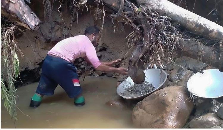 Một thợ mỏ đang tìm vàng. Ảnh: AFP