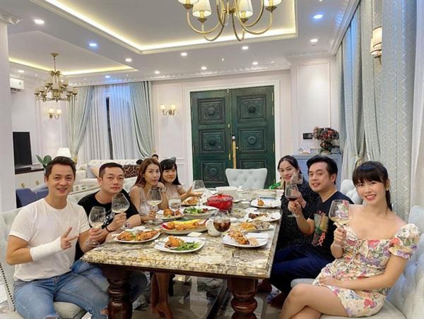 Dương Khắc Linh - Sara Lưu cùng hội bạn thân rủ nhau tới căn biệt thự 2 triệu đô của Đăng Khôi ăn uống vui vẻ