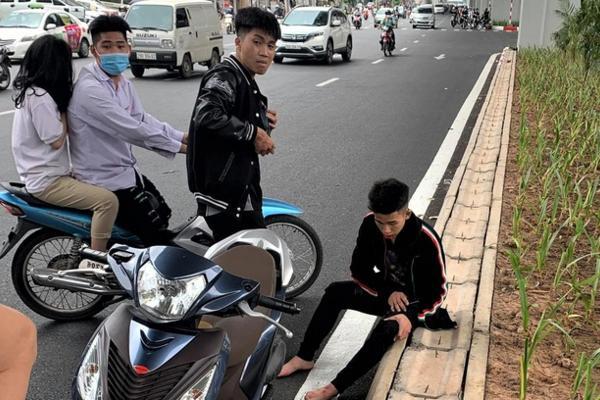 Chiếc xe máy bị một thiếu niên đập phá. (Ảnh cắt từ Clip)