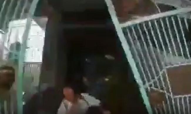 Khoảnh khắc kinh hoàng khi chiếc xe hơi tông đổ cổng, cán qua người đàn ông trung niên