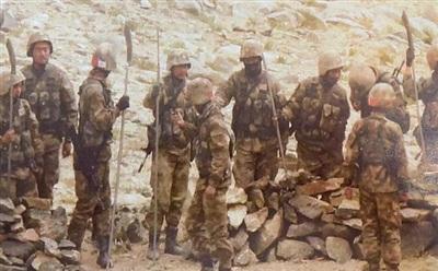 Hình ảnh binh lính Trung Quốc cầm giáo mác, gậy gộc được kênh truyền hình NDTV của Ấn Độ công bố. Ảnh: NDTV