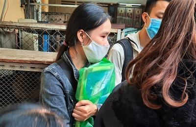 Người vợ khóc nghẹn ôm di ảnh của chồng tại BV Chợ Rẫy trước khi đưa về quê an táng...