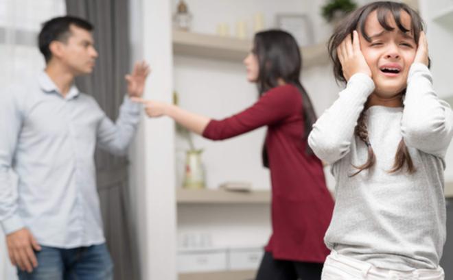 Việc cha mẹ bất hòa, căng thẳng, thậm chí cãi nhau, đánh nhau sẽ để lại cho trẻ những sang chấn tâm lý tiêu cực (Ảnh minh họa)