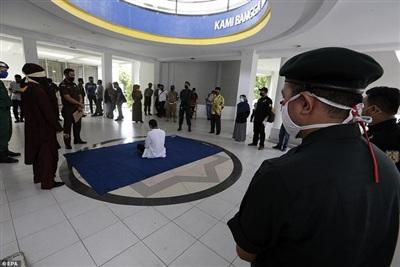 Trừng phạt bằng đòn roi là hình phạt được sử dụng dành cho nhiều loại tội phạm ở Indonesia. Ảnh: EPA