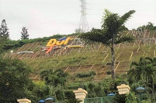 Khu vực đồi Ông Tượng nơi tỉnh Hòa Bình chi hơn 10 tỉ đồng để lắp 11 chữ khẩu hiệu
