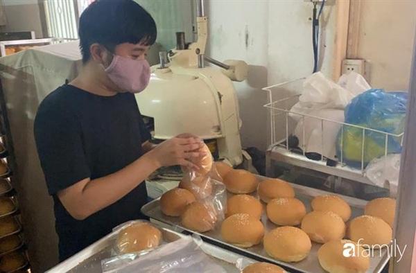 Ngày 26/9, nhiều nhân viên vẫn đến làm việc tại xưởng bánh.