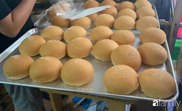 Cơ sở này chuyên sản xuất bánh mì hamburger, nhân bánh mì, xúc xích...