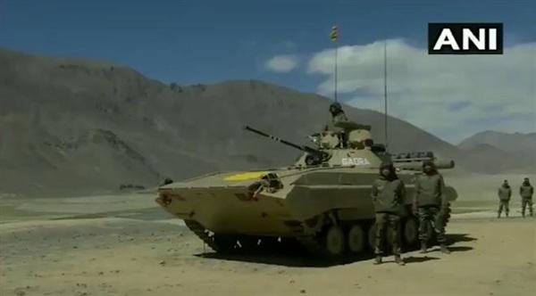 Xe chiến đấu bộ binh BMP-2 vừa được Quân đội Ấn Độ triển khai tới gần Ladakh. Ảnh: ANI.