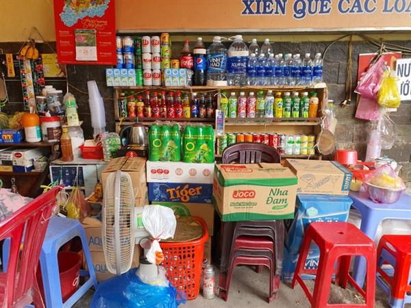Chỗ bà Mai làm cà phê cho người phụ nữ thì đằng sau đã bị đứa trẻ trộm sạch tiền, card điện thoại