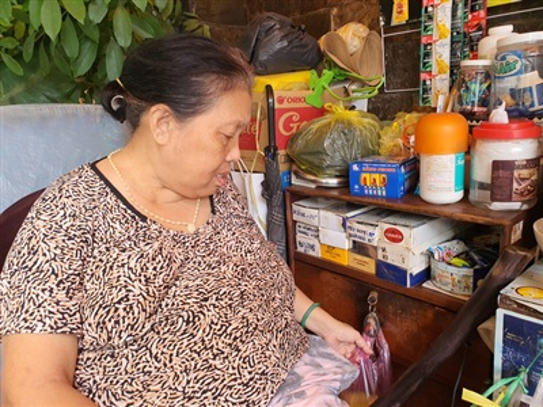 Sau lần mất trộm trên, bà Mai đã cảnh giác hơn, tiền bạc không còn treo trước tủ, card điện thoại cũng được bà bọc túi