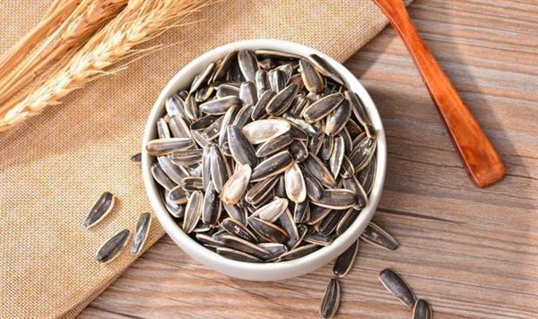 Người gan kém càng ăn ít hạt hướng dương càng tốt.