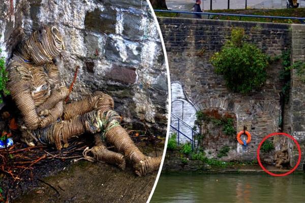Cảnh tượng gây sốc được phát hiện bởi những người dân qua lại bên bờ bến cảng nổi tiếng ở chân một cây cầu thuộc Bristol (Anh quốc).