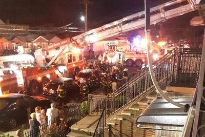 Ngay sau khi đám cháy xảy ra, các nhân viên cứu hộ đã nhanh chóng đến ứng cứu. Ảnh: NYP