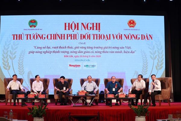 Thủ tướng Nguyễn Xuân Phúc cùng đại diện lãnh đạo các Bộ, ngành tham gia đối thoại với nông dân.