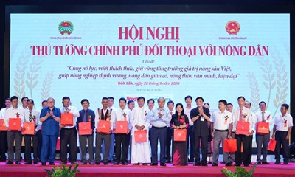 Thủ tướng Nguyễn Xuân Phúc tặng quà cho các nông dân tiêu biểu - Ảnh: VGP