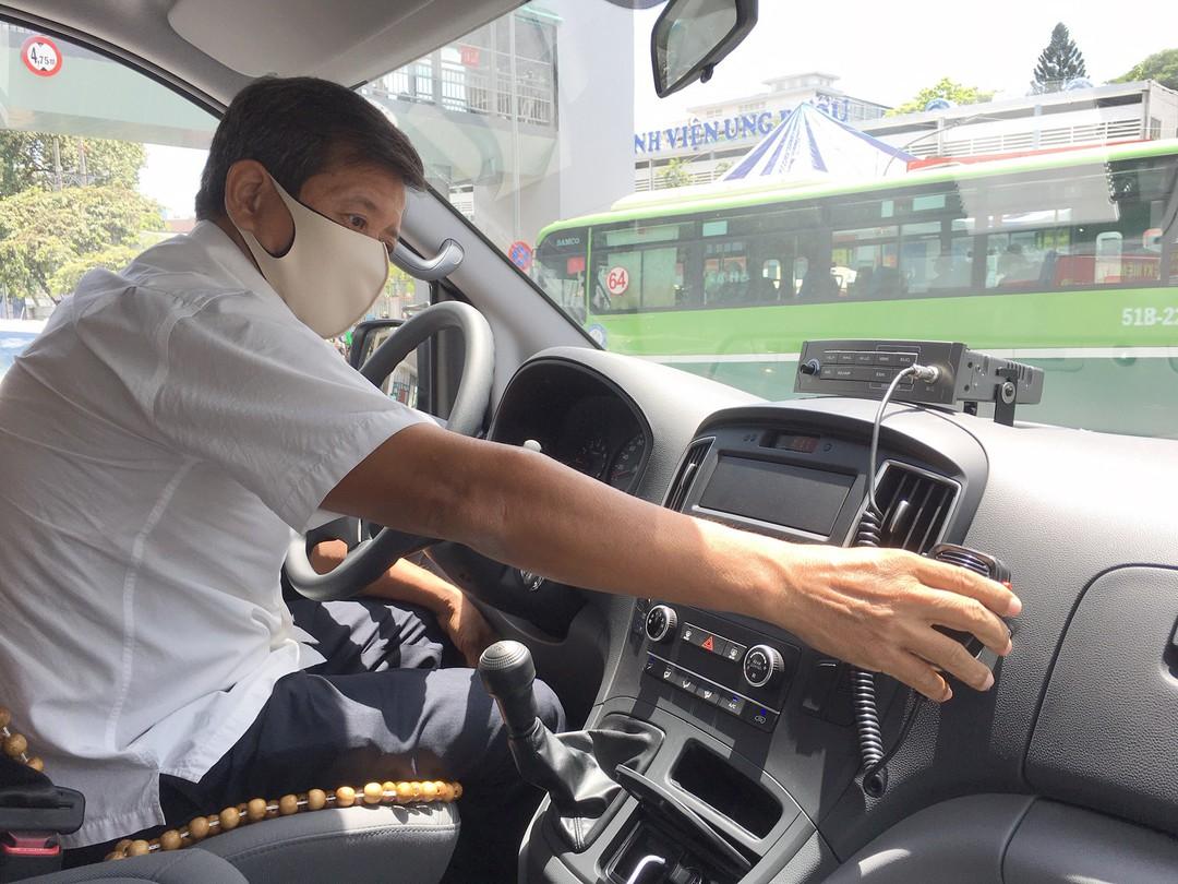 Ông Đoàn Ngọc Hải lái xe cứu thương. Ảnh: Báo Thanh Niên