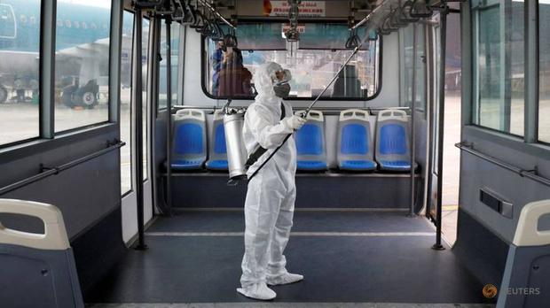 Khử khuẩn xe bus hàng không tại Việt Nam (Ảnh: Reuters)