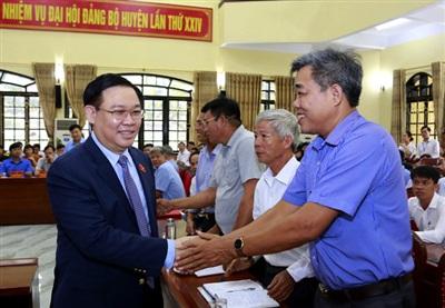 Bí thư Thành ủy Hà Nội Vương Đình Huệ bắt tay các cử tri - Ảnh: Thành Chung