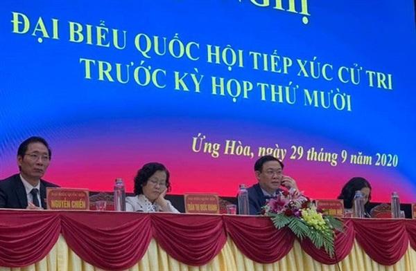 Bí thư Vương Đình Huệ trao đổi điện thoại với Thống đốc Ngân hàng Nhà nước Việt Nam về thông tin cử tri phản ánh - Ảnh: Tiến Hưng