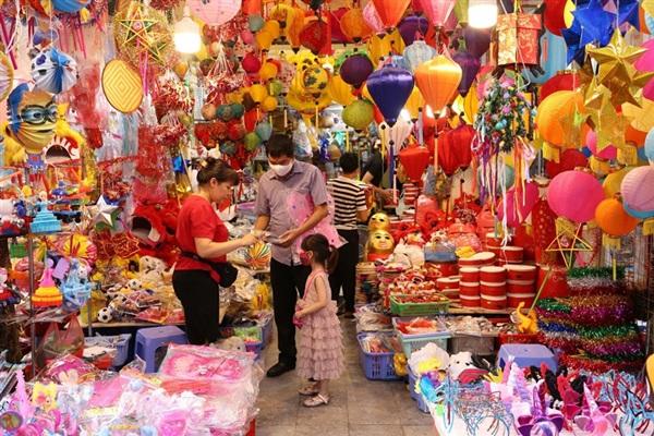 Một cửa hàng bán đồ chơi Trung Thu trên phố Hàng Mã. (Ảnh: Hoàng Hiếu/TTXVN)
