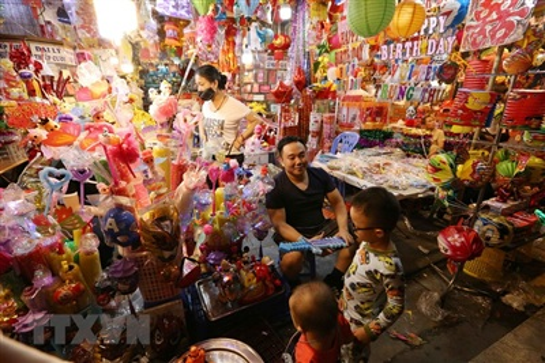 Một cửa hàng đồ chơi trên phố Hàng Mã với nhiều đồ chơi đủ màu sắc hấp dẫn các em nhỏ. (Ảnh: Hoàng Hiếu/TTXVN)