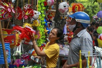 Người dân chọn mua những món đồ chơi truyền thống được sản xuất trong nước. (Ảnh: Tuấn Đức/TTXVN)