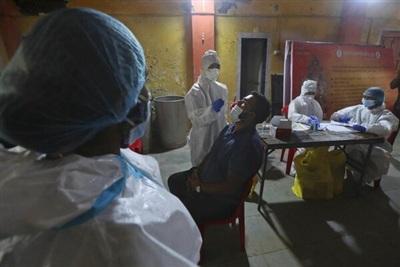 Nhân viên y tế tại Mumbai, Ấn Độ lấy mẫu xét nghiệm. Ảnh: AP