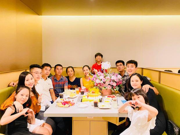 Duy Mạnh đón sinh nhật tuổi 24 cùng gia đình, người thân (Ảnh: Huyền Trang Đỗ)