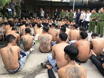 Lực lượng công an bắt giữ các đối tượng.