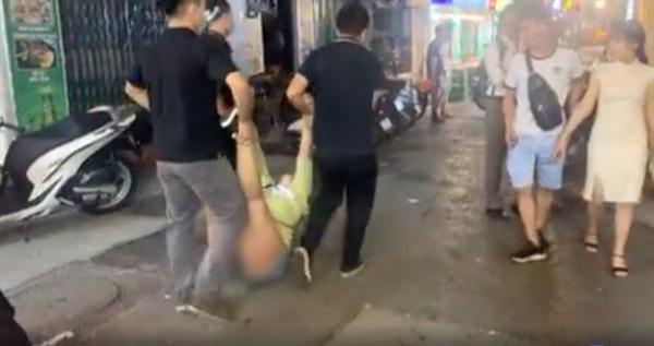 Người phụ nữ bị nhân viên quán bar khiêng ra ngoài. Ảnh cắt từ clip
